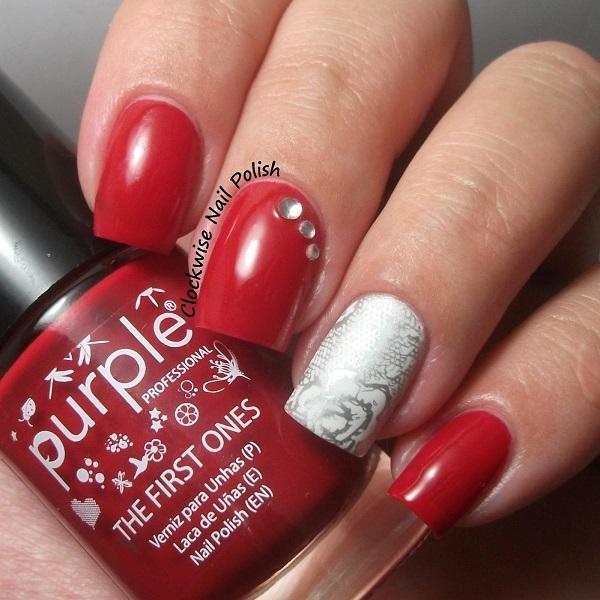 Unhas pintadas e decoradas de vermelho