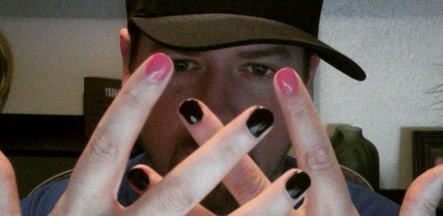 homens com unhas pintadas  (1)