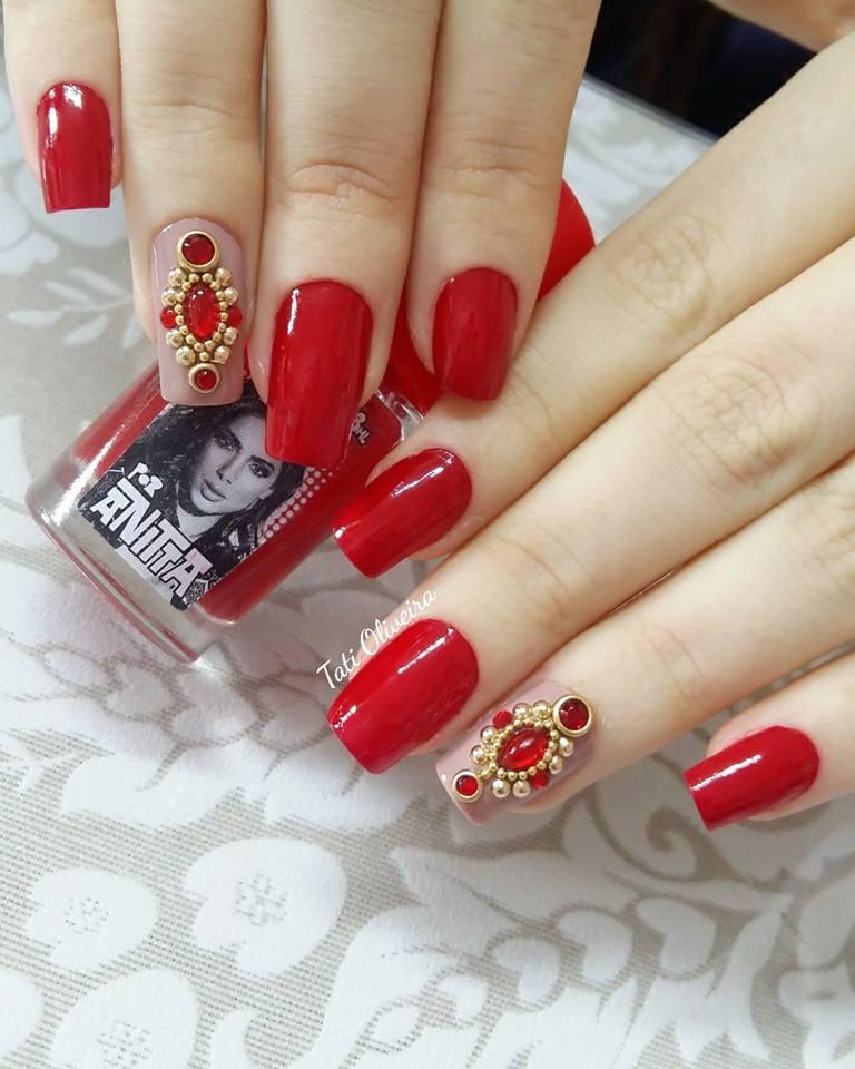 Unhas pintadas e decoradas em vermelho